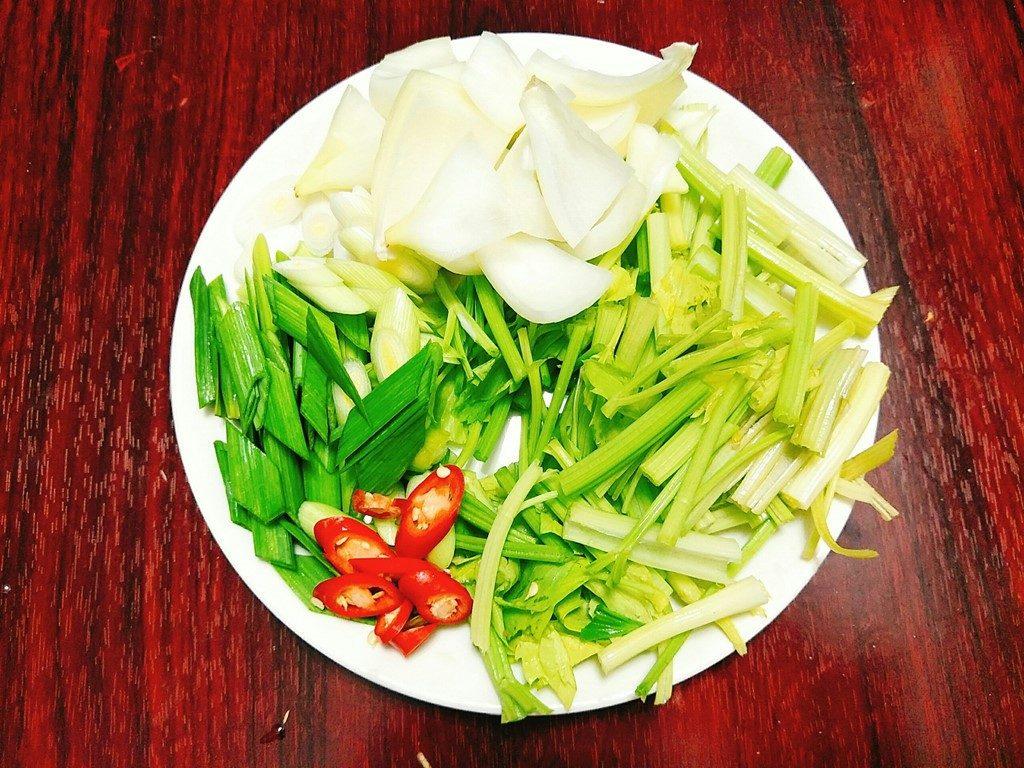 Sơ chế các loại rau, củ.