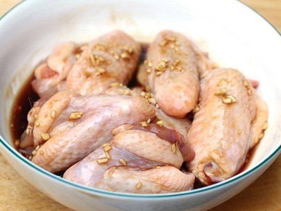 Ướp cánh gà với các loại gia vị cho thấm.