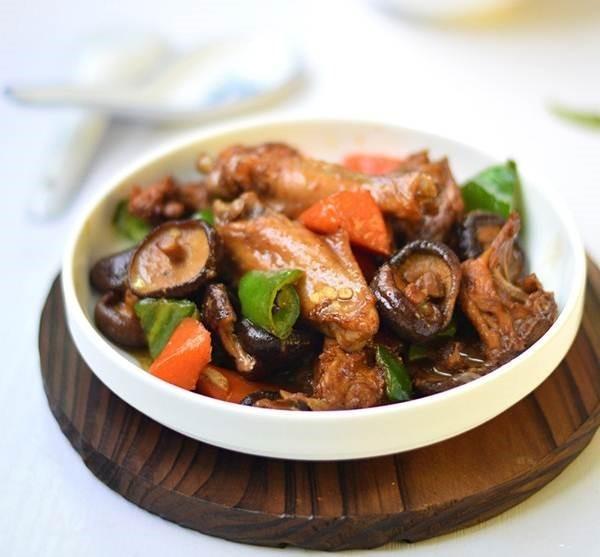 Gà kho nấm là món ăn ngon cho ngày mùa đông lạnh giá.