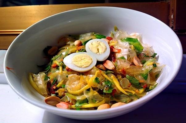 bánh tráng trộn món ăn vặt nổi tiếng Sài Gòn